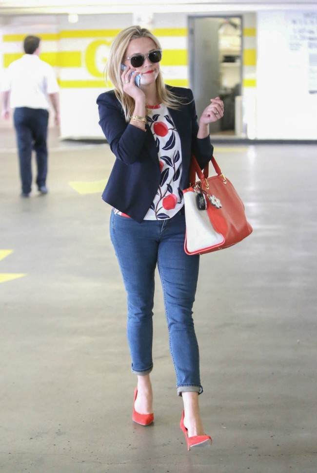 Celebrity Mom Style Reese Witherspoon 39 S Jeans Blazer
