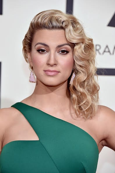 How to get the Look: Hollywood glamour. Tori Kelly looked gorgeous in her kelly green dress at the 2016 Grammy Awards. Here's how her hairstylist pulled off this look.