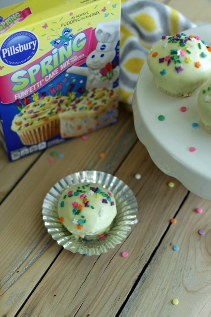 Easter Cupcake Idea -- Whether you planned on making Easter cupcakes or your 4th grader sprung it on you the night before that he/she needed them for a party, do I have the easiest idea for you. Thanks to this fun icing technique I discovered, you'll have bakery worthy cupcakes in a jiffy.