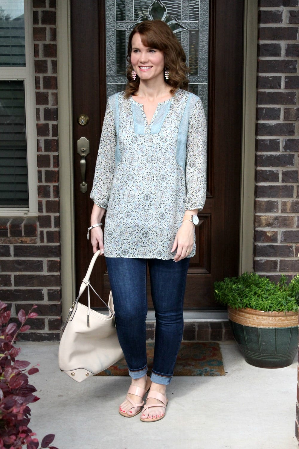Spring outfit idea: Rolled denim, pastel tunic and patent sandals in blush.