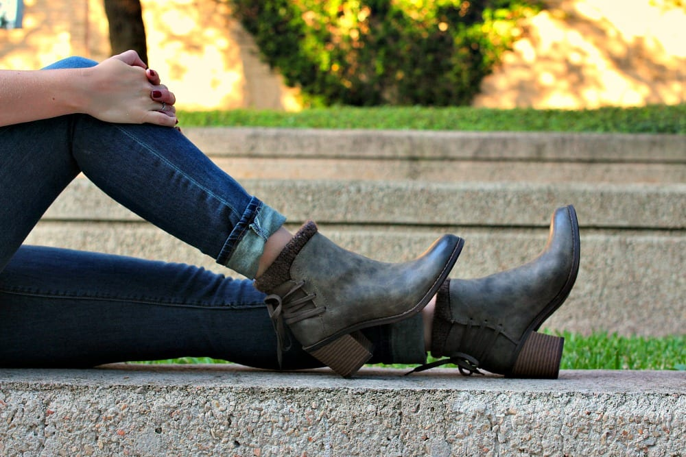 Fall outfit idea: Wear a skinny scarf with a tunic shirt, boyfriend jeans and a pair of fall boots in olive.
