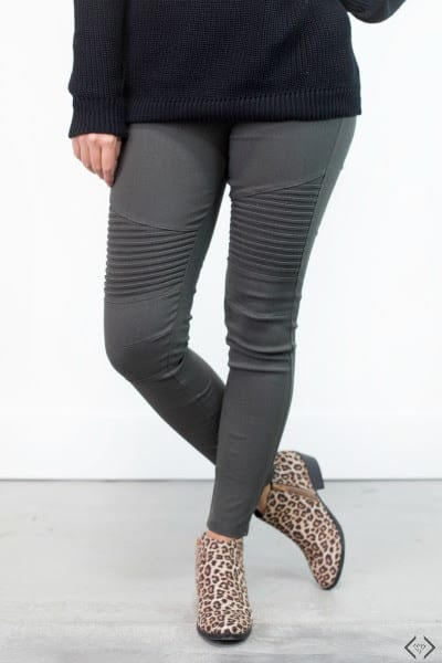 Are you wondering what to wear with leggings this fall? If you're looking to branch out of your fashion rut this fall, leggings might just be your answer. They're super easy to wear and style, plus they're incredibly comfortable. What's not to love?